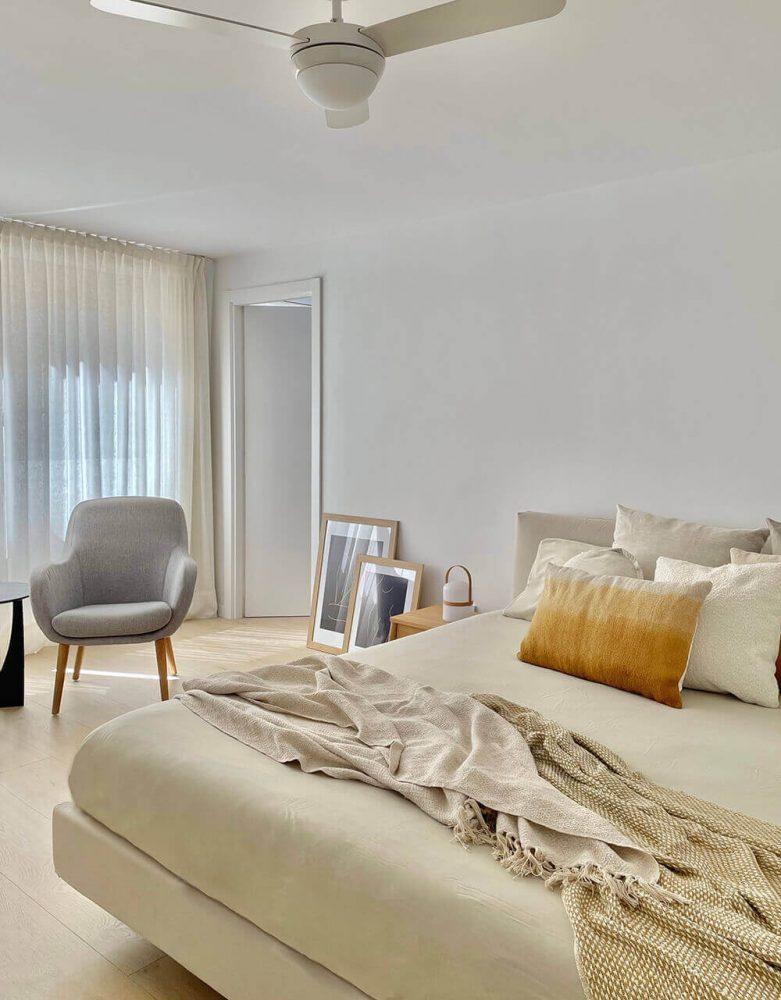 Dormitorio cálido y confotable del proyecto de interiorismo en Marques de Cenia de Trends Studio